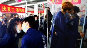 সহকর্মীদের চুমু খেয়ে কাজে যোগ, চীনের এই আয়োজনে বিতর্কের ঝড়