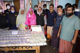 ১০০ টাকার নোট সিদ্ধ করে তারা তৈরি করে ৫০০ টাকা