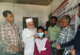 ধামইরহাটে ৫ শতাধিক শিক্ষার্থীদের মাঝে মাস্ক বিতরণ