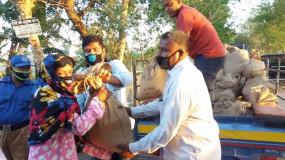 তালতলীতে বেকার হয়ে পড়া নিম্ন আয়ের মানুষদের খাদ্য সামগ্রী বিতরণ