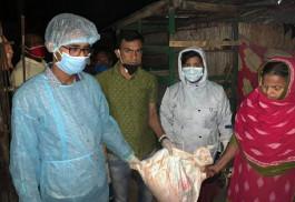 নবাবগঞ্জে গভীর রাতে খাদ্য নিয়ে অসহায়দের মাঝে ইউএনও