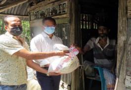 মোরেলগঞ্জে খাদ্য সামগ্রী নিয়ে বাড়িতে বাড়িতে ইউএনও