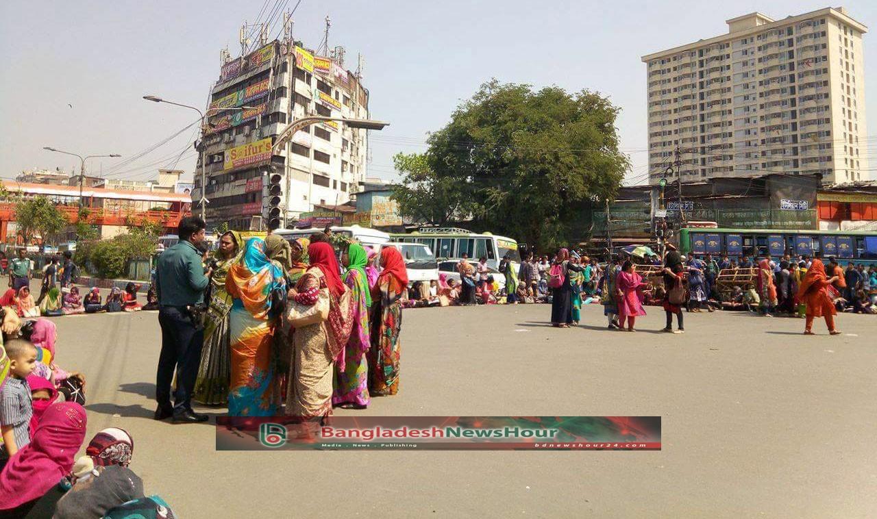 ঢাবি'র ইন্সটিটিউট করার দাবিতে গার্হস্থ্য অর্থনীতির শিক্ষার্থীদের নীলক্ষেতে অবরোধ