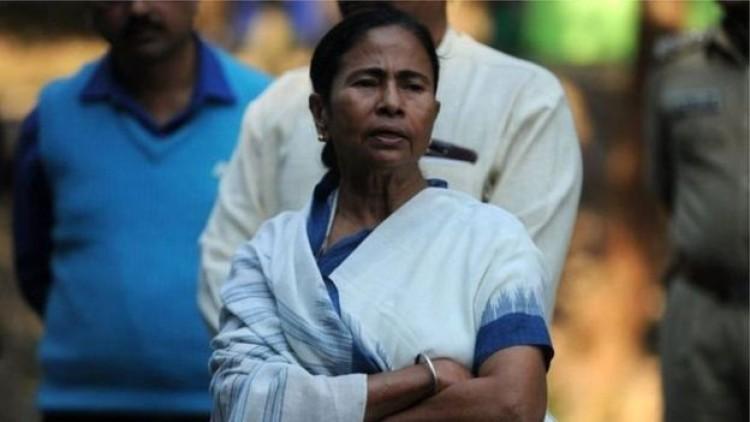 হিন্দুত্ববাদের নিঃশ্বাস পড়ছে ভারতের পশ্চিমবঙ্গের মূখ্যমন্ত্রী মমতার কাঁধে