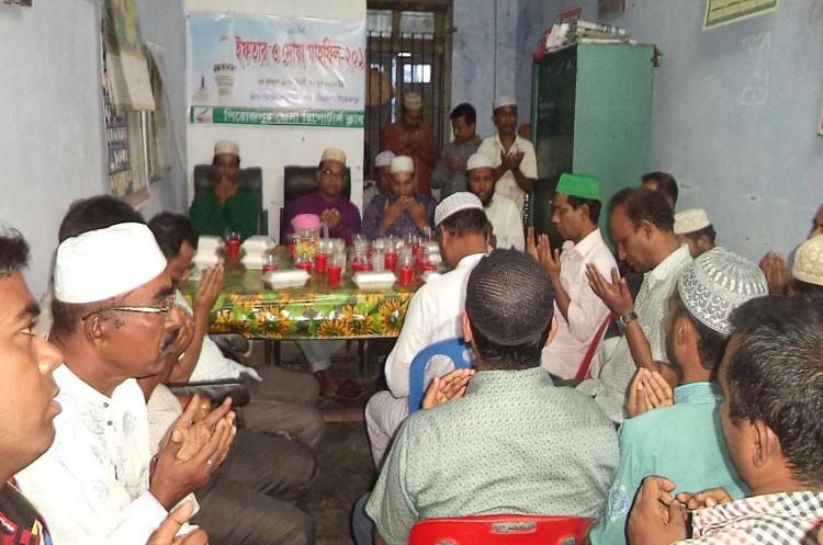 পিরোজপুর জেলা রিপোর্টার্স ক্লাব এর উদ্যোগে ইফতার ও দোয়া মাহফিল