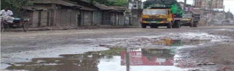 ঢাকা-রংপুর মহাসড়কে গাড়ি চলে হেলেদুলে
