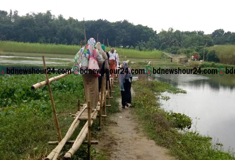 ঝুঁকির মধ্যেই চলাচল করেন নওদাপাড়া গ্রামবাসী