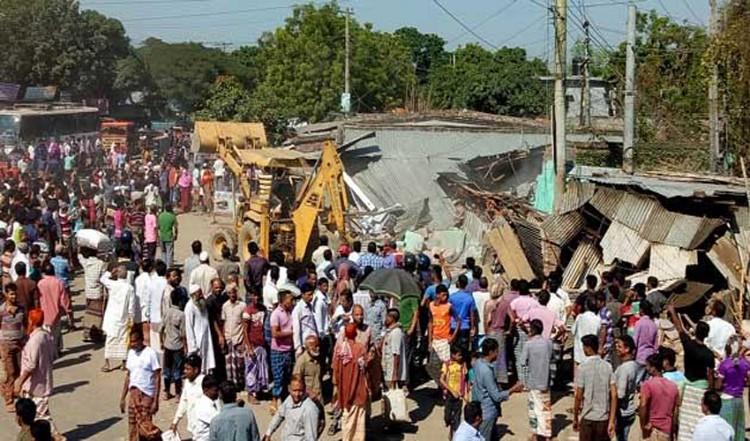 রাজশাহী- চাঁপাইনবাবগঞ্জ মহাসড়কে অবৈধ স্থাপনা উচ্ছেদ