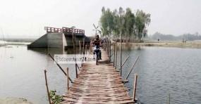 আত্রাইয়ে পাঁচ গ্রামের মানুষের ভরসা বাঁশের সাঁকো