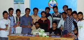 কুমিল্লা বিশ্ববিদ্যালয় সাংবাদিক সমিতির নবীণ সদস্যদের ফুল দিয়ে বরণ