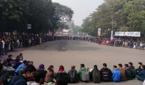 ৭ কলেজ অধিভূক্ত বাতিলের দাবিতে ঢাবি শিক্ষার্থীদের অবরোধ