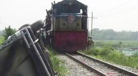 দাঁড়িয়ে থাকা ট্রাকে ট্রেনের ধাক্কা, কুমিল্লায় রেল চলাচল বন্ধ