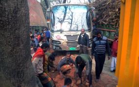 কুষ্টিয়া-রাজবাড়ী সড়কে খোকসায় ট্রাক বিকল: শ্রমিকদের চাঁদায় সড়ক মেরামত