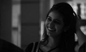 প্রিয়া প্রকাশ ওয়ারিয়র এখন সুপার সেলিব্রিটি: আবারো ছবি ভাইরাল