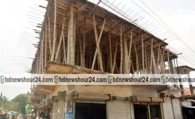 মহম্মদপুরে ঝুঁকিপূর্ণ একতলা ভবনের ছাদেই চলছে ৪ তলার নির্মাণ কাজ
