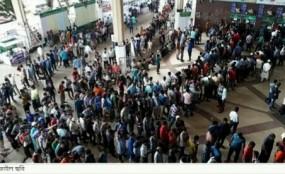 ট্রেনের টিকেট বিক্রি শুরু, কমলাপুরে দীর্ঘ লাইন