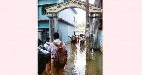 নাটোর বয়েজ স্কুলের গেটে দীর্ঘ জলাবদ্ধতা: শিক্ষার্থীদের মহাসড়ক অবরোধ