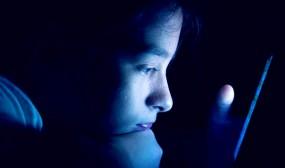 স্মার্টফোনের নীল আলো চোখের ম্যাকুলারকে ক্ষতিগ্রস্ত করে