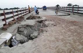 রাণীনগর 'বয়তুল্লাহ্ সেতুর' সংযোগ সড়কে ধ্বস