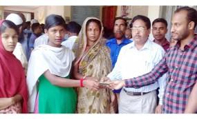 মোড়েলগঞ্জে ফরম ফিলাপের টাকা দিয়ে সহযোগীতা করলেন ইউপি চেয়ারম্যান