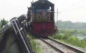ট্রাককে ট্রেনের ধাক্কা, খুলনার সঙ্গে রেল যোগাযোগ বন্ধ