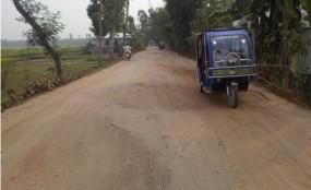 রাজারহাট-খেদাবাগ রাস্তার কার্পেটিং উঠে 'খানাখন্দ'