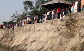 ফুলবাড়ীতে নদী ভাঙ্গন রোধে এলাকাবাসীর মানববন্ধন