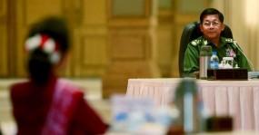 সেনাবাহিনীর মুখোমুখি অং সান সু চি
