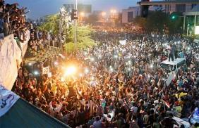 সুদানে কারফিউ প্রত্যাখ্যান করে রাতভর রাজপথে বিক্ষোভকারীরা