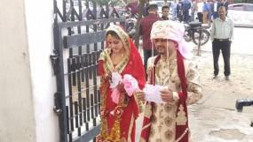 বিয়ে সেরেই সোজা ভোটকেন্দ্রে নবদম্পতি, ছবি ভাইরাল