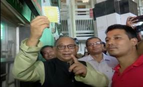 কমলাপুরে কাউন্টারে গিয়ে টিকিট কাটলেন রেলমন্ত্রী