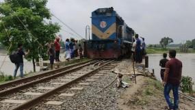 টাঙ্গাইলে দেবেছে রেল লাইন, উত্তরের পথে সতর্কতা