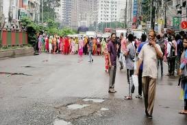 কারখানা বন্ধ, শ্যামলীতে রাস্তায় গার্মেন্টস শ্রমিকরা