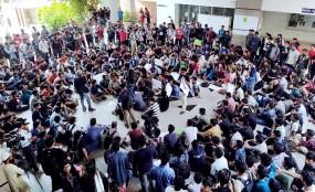 ভিসি কার্যালয়ে তালা ঝুলিয়ে আহসানউল্লাহর শিক্ষার্থীদের বিক্ষোভ