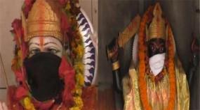 দিল্লির দূষণে মন্দিরের দেবতাদের মুখেও মাস্ক