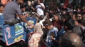 পেঁয়াজ কিনতে ধাক্কাধাক্কি, পুলিশের 'মিস ফায়ারে' আহত ২